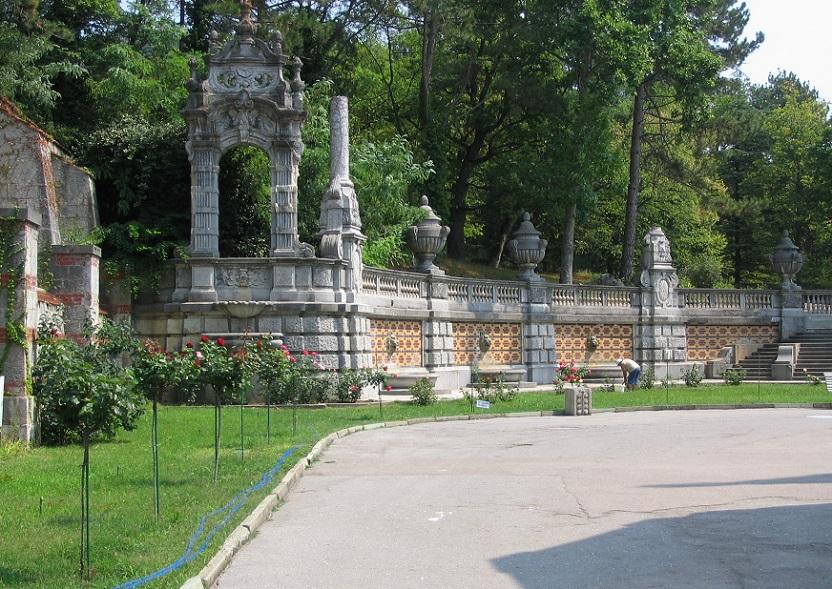 Сзади Массандровского дворца