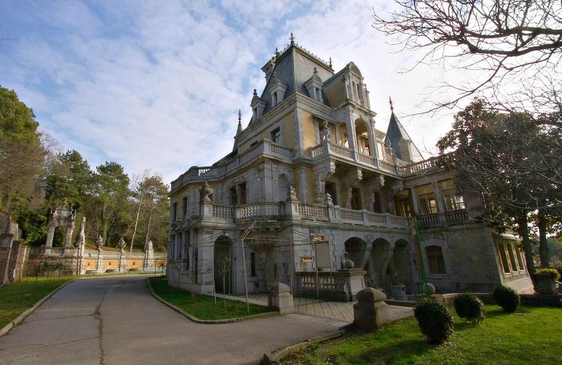 На территории Массандровского Дворца, вид на заднею часть