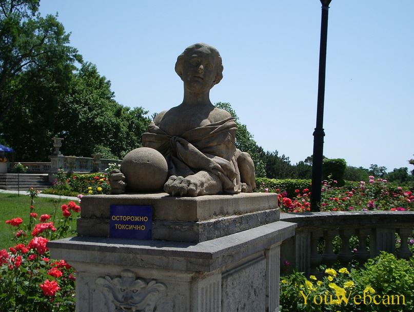 Скульптура свинкса на территории парка дворца