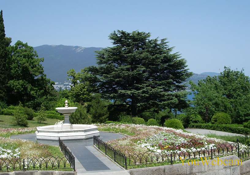 Фонтан в парке дворца