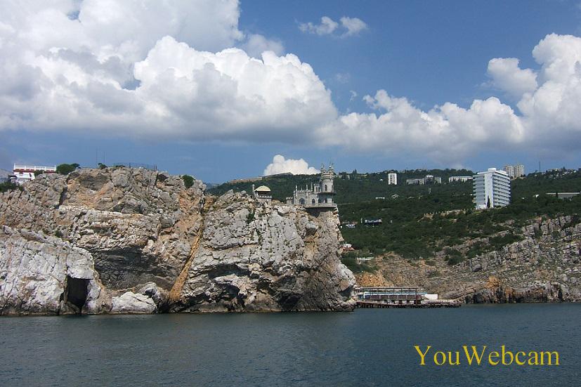 Вид с моря на Ласточкино гнездо и Гаспру
