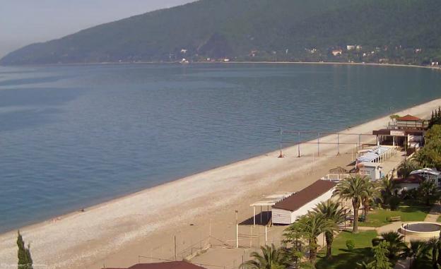 Центральный пляж в курортном городе Гагры в Абхазии
