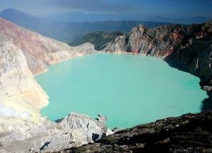 Вулкан Иджен в провинции Восточная Ява в Индонезии