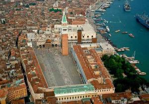 Площадь Сан Марко в Венеции в Италии с часовой башни