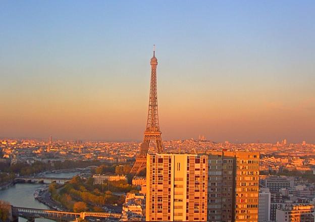 Эйфелева башня и река Сена в Париже с торгового комплекса Beaugrenelle