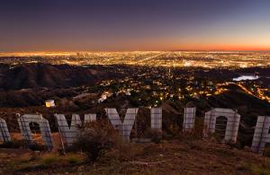 Знак Голливуда и Лос-Анжелес с высоты