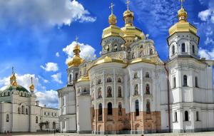 Вид на площадь перед Успенским собором Киево-Печерской Лавры в Киеве