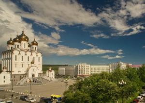 Соборная площадь и Свято-Троицкий собор в Магадане