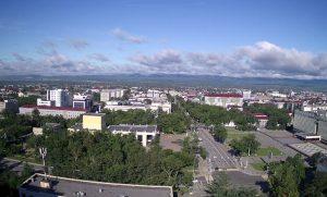 Площадь перед Чеховским центром и здание Правительства в Южно-Сахалинске