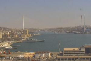 Обзорная веб камера показывает бухту Золотой Рог во Владивостоке