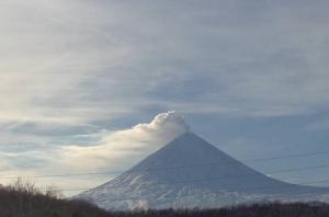 Веб камера показывает пейзаж и Ключевской вулкан из поселка Ключи на Камчатке