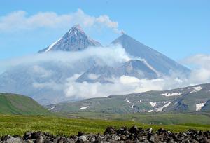 Вулканы Безымянный, Камень и Ключевская сопка на Камчатке