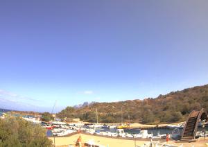 Бухта на курорте Порто-Сан-Паоло на Сардинии в Италии