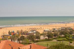 Пляж и Адриатическое море в Римини из отеля Леони