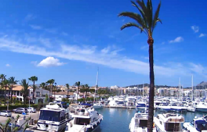 Порт курорта Алькудия на острове Майорка в Испании