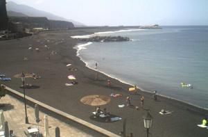 Пляж в городе Тасакорте на острове Ла-Пальма на Канарских островах в Испании