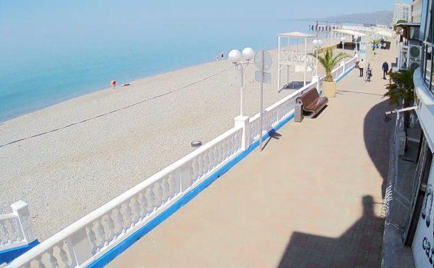 Пляж Лазурный в Лазаревском микрорайоне Сочи из отеля Laza Hall