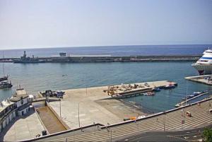 Причал для круизных кораблей в городе Фуншал на острове Мадейра
