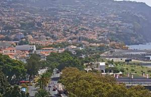 Обзорная веб камера показывает Фуншал на острове Мадейра в Португалии