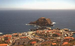Панорама поселка Порту-Мониш на острове Мадейра в Португалии