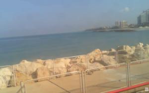 Пляж в городе Герцлия в Израиле