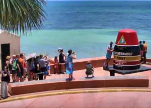 Монумент буйка в городе Ки-Уэст на архипелаге Флорида-Кис