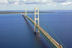 Мост Макинак через пролив Макино в Мичигане