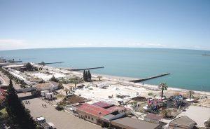 """Восточная часть пляжа """"Маяк"""" в Сочи"""