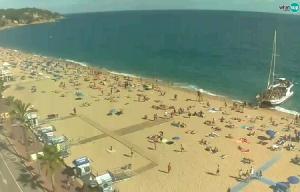 Побережье и главный пляж Льорет-де-Мар в Каталонии в Испании