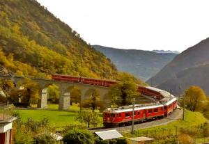 Пассажирский поезд Бернина экспресс в Швейцарии