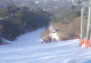 Вершина горы Золотая на горнолыжном курорте Ёнпхён в Пхёнчхане