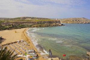 Пляж Голден Бэй на острове Мальта