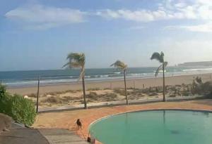 Пляж Meia Praia в городе Лагос в Португалии