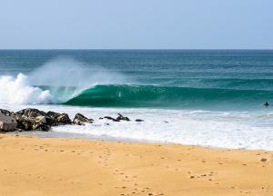 Пляж «Супертубос» в Пениши в Португалии