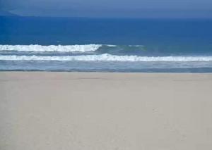 Пляж города Торрейра в Португалии