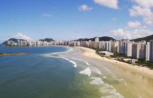 Побережье города Гуаружа в Бразилии
