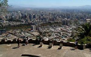 Панорама Сантьяго в Чили с холма Сан-Кристобаль