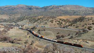 Железная дорога в горах Техачапи в Калифорнии